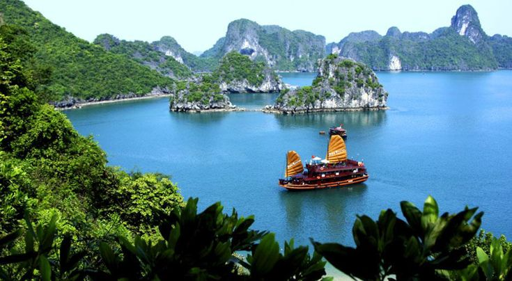 خليج ها لونج في فيتنام Places Worth Visiting Vietnam Travel Guide Asia Cruise