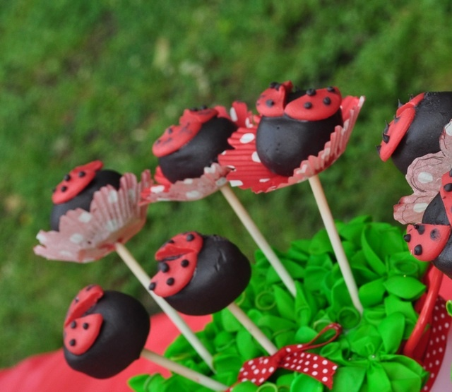 #Cake_pops #ladybug #party Can substitute cake pop for lollies, cookie recipe etc. Am liking the mini cupcake cups.