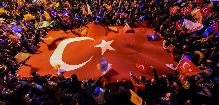 Un drapeau turc géant est déployé dans une rue d'Istanbul par des supporters de l'AKP, le parti conservateur du président Recep Tayyip Erdogan. L'AKP avait perdu lors des législatives de juin dernier le contrôle total qu'il exerçait depuis 13 ans sur le Parlement. (AFP PHOTO / OZAN KOSE)