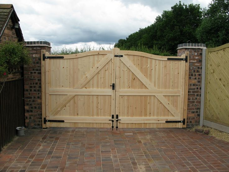 fences and gates | palisade gate, Bowtop Fencing, Steel Palisades fences, Courtyard gates ...