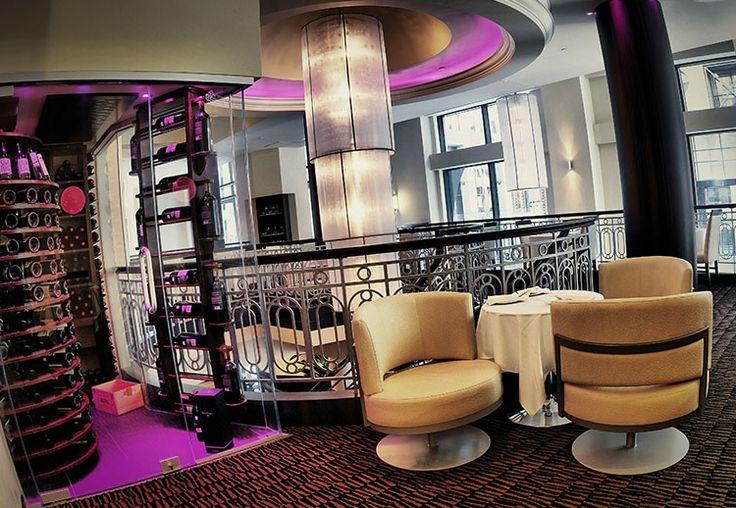 L'Aromate est le bistro qui est situé dans notre hôtel. Il présente une atmosphère chaleureuse et agréable et une cuisine française créée par le chef-vedette Jean-Francois Plante.