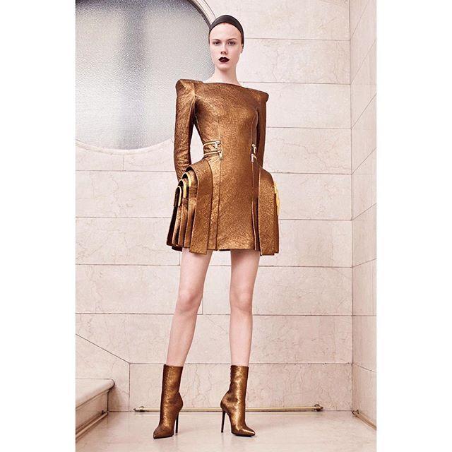 Донателла Версаче может сэкономить на антураже: вот уже второй сезон коллекция Atelier Versace остается без полноценного показа  вместо него устраивают камерную презентацию в бутике Avenue Montaigne. Но на качестве вещей  никогда. Каждый из 19 образов в осенне-зимней коллекции Atelier Versace  шедевр! Подтверждение ищите по активной ссылке в профиле. #HauteCouture #AtelierVersace  via INSTYLE RUSSIA MAGAZINE OFFICIAL INSTAGRAM - Fashion Campaigns  Haute Couture  Advertising  Editorial…