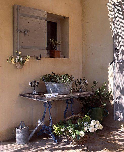 Une vieille table récupérée, quelques pots de fleurs, un arrosoir et le charme opère...