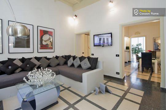 COCOON ROME APPARTEMENTEN , ons appartement, modern appartement volledig gerenoveerd in één van de meest prestigieuze zones van Rome. 2 Ruime slaapkamers (elk aan een kant van apt.) waarvan 1 met eigen badkamer , 2e badkamer, keuken en grote woonkamer met comfortabele bank die tot 3 bedden omgezet kan worden. Ideaal voor een vriendengroep of grote familie! Via sistina 143 roma