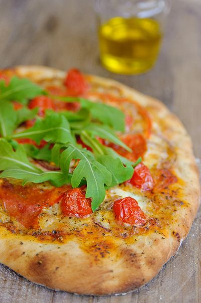 Pizza met salami, tomaat en rucola - Njam Tv