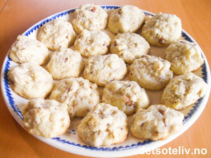 """""""Døler"""" er kjære og velkjente småkaker for mange. Kakene er i den store gruppen av teskjekaker. De er velsignet enkle og raske å lage, ettersom deigen bare settes som topper med skje rett på stekeplaten. """"Døler"""" har den ettertraktede mandelsmaken som veldig mange liker. Kremfløte og potetmel i deigen gir ekstra nydelig konsistens."""