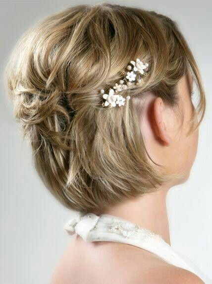 Une coiffure de mariage pour cheveux courts avec barrettes fleuries