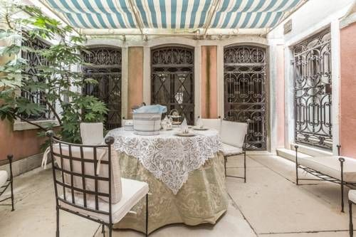 Petit Ca' Garçon Venice Located 400 metres from La Fenice in Venice, this apartment features free WiFi and a patio. Petit Ca' Garçon boasts views of the city and is 600 metres from Rialto Bridge.  The air-conditioned unit is equipped with a kitchen.