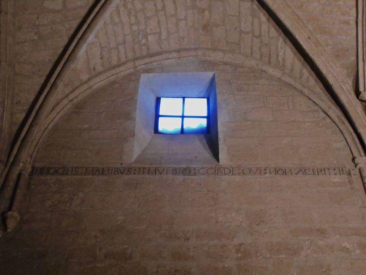 Inscripción gótica en muro de nave