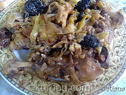 Курица, тушеная с овощами - болгарским перцем, черносливом и изюмом