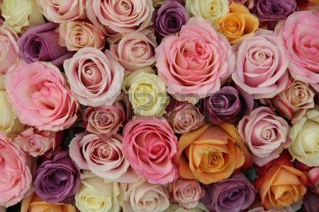 Gemengde rozen in verschillende pastelkleuren in een bruiloft arrangement photo