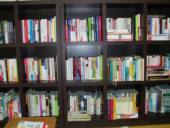 제 서재의 책들입니다. 클릭해 보시면 어떤 책들이 있나 잘 보일런가요?