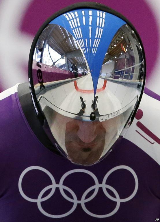 Kaki Armin Zoeggeler dari Italia tercermin di helmnya ketika ia memulai sesi latihan untuk kereta luncur (luge) tunggal di Olimpiade Musim Dingin 2014, di Krasnaya Polyana, Rusia. (6 Februari 2014)