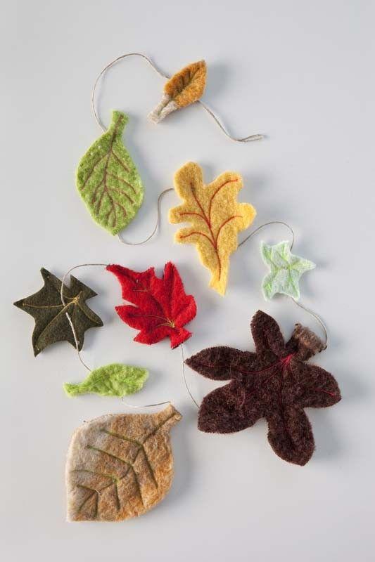 Maak een sfeervolle herfstslinger met blaadjes van vilt