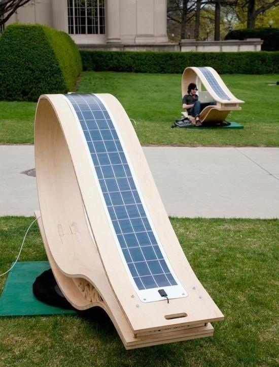 Bancas panel que reciben luz solar directa en el cual puedes cargar tus dispositivos electrónicos al aire libre.