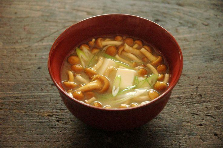 いちばん丁寧な和食レシピサイト、白ごはん.comの『なめこと豆腐の味噌汁の作り方』を紹介するレシピページです。そもそもなめこは洗って使うのか??などといったなめこの下処理のことはもちろん、おすすめの具材と組み合わせた作り方を詳しい写真付きで紹介しています。