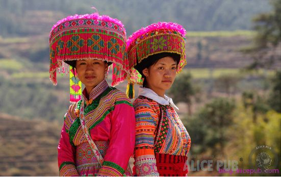 The Lisu people are mostly living in west Yunnan along the Nujiang River. According to the different colors of their gunny clothes, the ethnic group is classified into White Lisu, Black Lisu and Colored Lisu. Each group has unique and traditional wedding rituals. It is a really beautiful and mysterious ethnic group.
