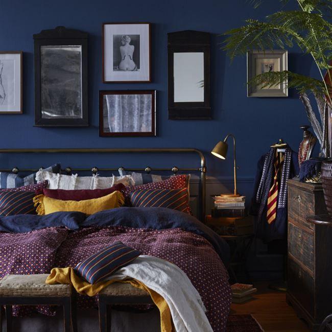 Det är mörka färger som står i fokus i höst. Nyanser av lila och vinrött går igen i alltifrån textilier till väggfärger. Kombineras med fördel med mörkblå detaljer. Här inspiration från Himla.