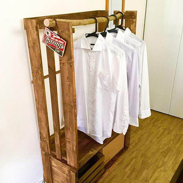 女性で、4LDKのDIY/ダイソー/ワイシャツ掛け/ハンガーラックDIY/ベッド周りについてのインテリア実例を紹介。「クローゼットから溢れ出していた旦那様のワイシャツ。 それを収納するために、ワイシャツ専用のハンガーラックを作ってみました☆ ハンガーを掛ける部分の棒は、庭の木を切って使用♫」(この写真は 2016-07-01 09:56:56 に共有されました)