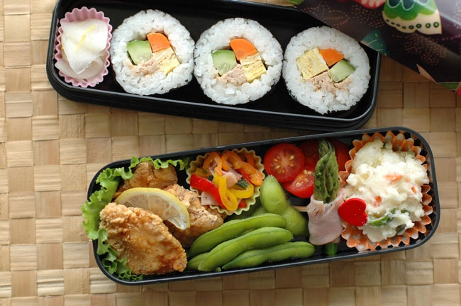 Maki, fried chicken, a lot of vegetables, a really nice and yummy bento.  Get a Nishijin bento box on Bento: http://en.bentoandco.com/products/nishijin-bento