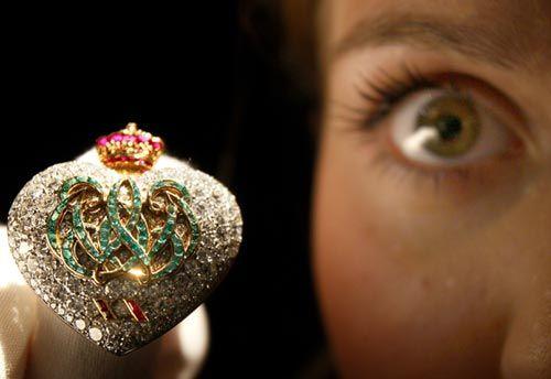 Exponen en Londres una colección de joyas que perteneció a Wallis Simpson. La casa de subastas Sotheby's ha organizado una exposición que recorrerá varios países, pasando por Londres, Hong Kong, Moscú, Nueva York y Ginebra, para mostrar las fabulosas joyas que Eduardo VIII regaló a Wallis Simpson.