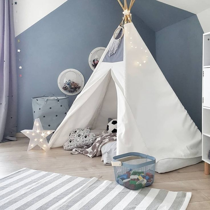 Skandinavisches Kinderzimmer mit Dachschräge, Wanddekoration