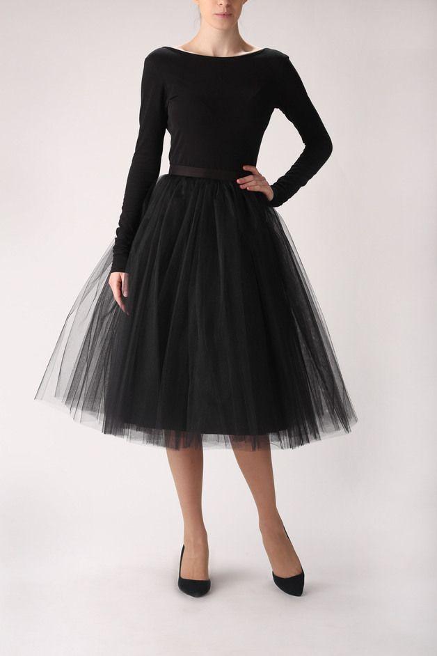 Ballerina Rock aus Tüll in Schwarz (auch in anderen Farben erhältlich) mit seitlichen verdeckten Reissverschluss. Ideal für den grossen Auftritt, geeignet aber auch als Unterrock zu ausgestellten...