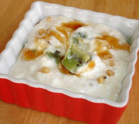 Griekse yoghurt met fruit en noten is makkelijk te maken als ontbijt. Dit recept is ook goed voor je spierherstel na een lekkere sportsessie.