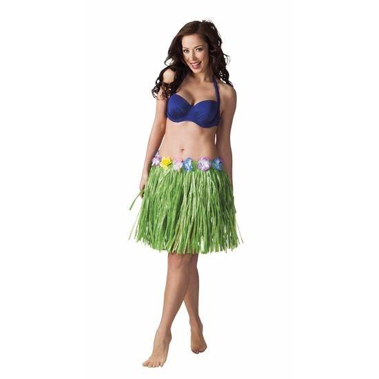 Hawaii rokje groen 45 cm voor dames. Tropische stijl Hawaii rokje bestaande uit folieslierten met kunst Hibiscusbloemetjes rond het middel. Past van maat S (36) t/m XL (42). Het rokje is ca. 45 cm lang. Materiaal: polyester.