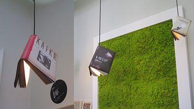 Na designovém veletrhu byl nedávno k vidění zajímavý nápad znovuvyužití knih. Díky vloženému stínidlu mohou sloužit jako lustry.