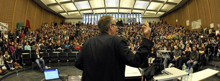 Raum, ungleich verteilt: Enge für die Studenten, viel Platz für den Professor
