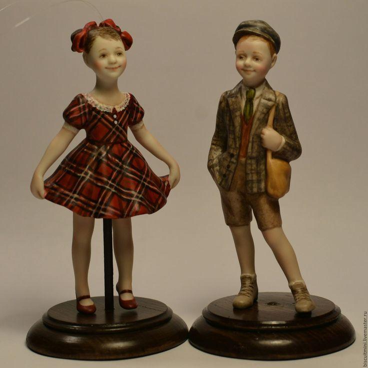 Купить или заказать Фарфоровая кукла-колокольчик Вика в интернет-магазине на Ярмарке Мастеров. Фарфоровая фигурка- колокольчик. Может использоваться как ёлочная игрушка. Выполнена из бисквитного фарфора. Расписана в смешанной технике (надглазурные краски, соли металлов, допись масляными красками…