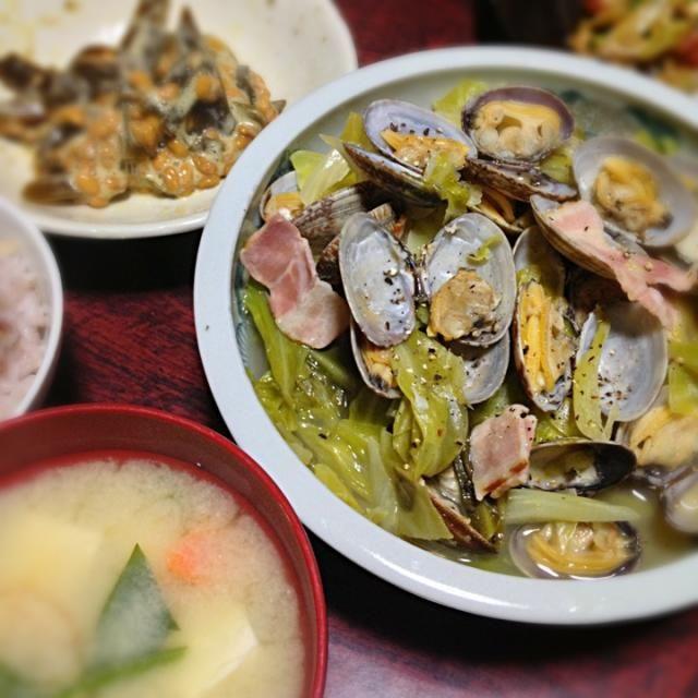 久々のあさり!簡単でうまい! これも「きのう何食べた?」のレシピ(^o^)♪ - 8件のもぐもぐ - あさりとベーコンとキャベツの蒸し煮&豆腐と野菜の味噌汁&佃煮納豆 by palico