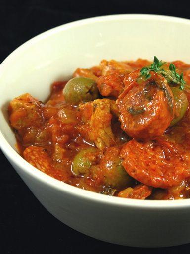 chorizo, pulpe de tomate, sauté, huile, olive verte, bouquet garni, oignon, ail, basilic