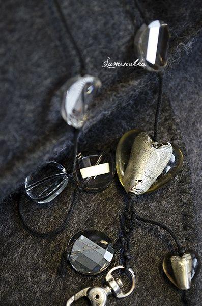 """Tulukset, avainnauha Kristallikolikot, lamppuhelmisydämet, musta nauha  """"Tinderbox"""", lanyard Crystal coin beads and lampworked green glass hearts"""