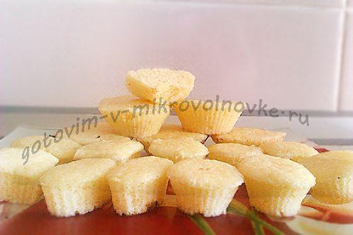 творожный кекс в микроволновке за 5 минут Ингредиенты: упаковка творога весом примерно 200 г; 180-200 г манки; 80 г сахара; 2 яйца; 2-3 ст. л. сметаны; 1 ст. л. ароматного алкоголя; ½ ч. л. соды.