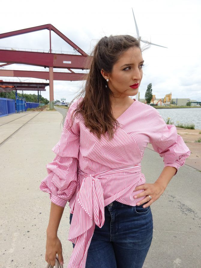 De gestreepte blouse met ballonmouwen. Striped blouse with puffy sleeves