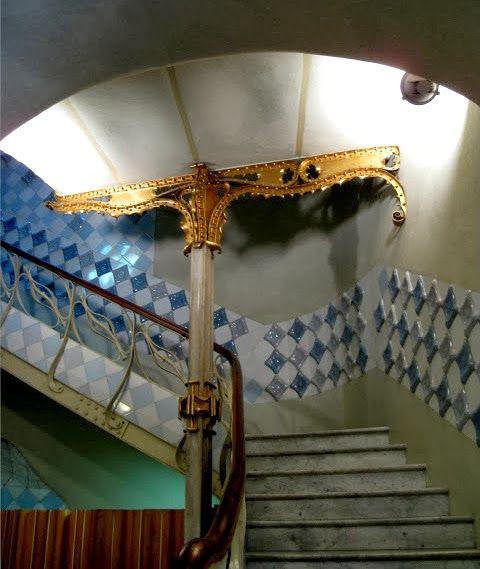 Casa batll escalera de vecinos las puertas de cada piso for Puertas para pisos