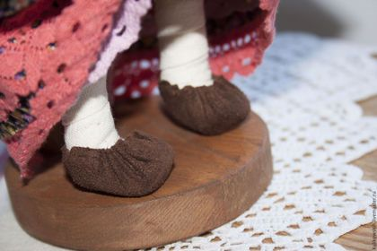 Купить или заказать Кукла Мамушка с деточкой текстильная авторская в интернет-магазине на Ярмарке Мастеров. Кукла Мамушка с деточкой по мотивам народных кукол. Хороший подарок как для настоящей так и для будущей мамы. Вся оджка на кукле сшита. Кроме рубахи сарафана, есть панталончики. На ножках мягкие замшевые туфли. На поясе вязаная сумочка. А в руках любимая деточка! В работе использованы винтажные ткани 'из бабушкиного сундука'. Передник из лоскутка старинной салфетки с вышивкой…