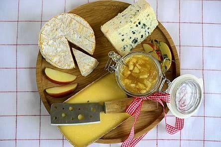 Tarjoa ranskalaisten juustojen kanssa itse tehtyä omenahilloa. Omena-calvadoshillo on klassikko camembert-juuston kanssa tarjoiltuna.