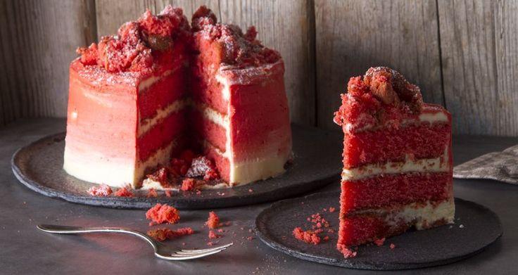 Το απόλυτο red velvet cake από τον Άκη Πετρετζίκη. Το πιο νόστιμο κέικ με κόκκινο παντεσπάνι και βελούδινη κρέμα. Ιδανικό για την ημέρα του Αγίου Βαλεντίνου!