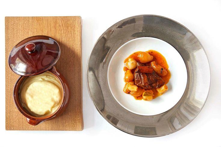 Πέντε μαγειρευτά και ένα επιδόρπιο, συνυφασμένα με την ελληνική αστική παράδοση εντάσσει σε ένα ξεχωριστό μενού, το βραβευμένο από τα πρώτα FNL Best Restaurant Awards by Volvo εστιατόριο, στην κορυφή του King George Athens.