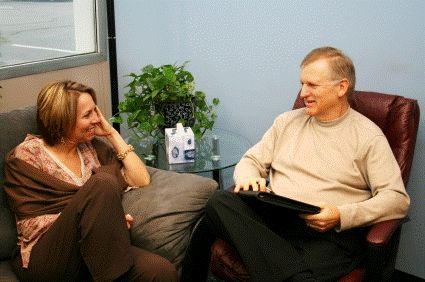 Según un nuevo ensayo clínico, el añadir un nuevo enfoque terapéutico llamado entrevista motivacional junto con la terapia cognitivo conductual estándar mejora los síntomas a largo plazo en el tra…