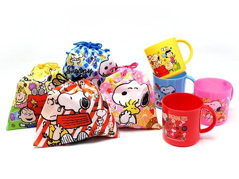Snoopy Gift Bag  and  Mug  SET with 8  Party Bag  Candies