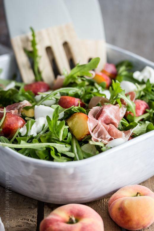 Salat mit weinbergpfirsischen und parmaschinken