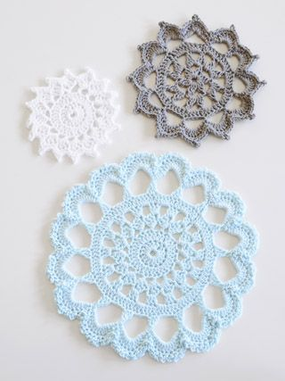 Beautiful trivets!  Pattern for download here: http://blueskyalpacas.com/patterns/aunt-aggies-trivets/