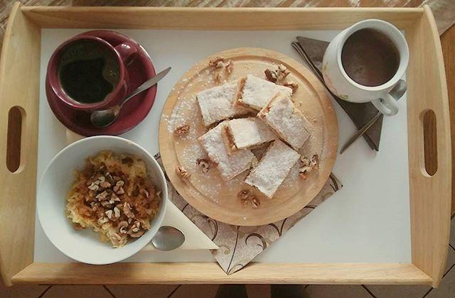 Good morning☕ Tento koláčik je to najlepšie čo môže byť! Spája sa mi s jeseňou a zimnými večermi. Vyvoláva vo mne spomienky na detstvo keď ho piekla moja babička❤Celý dom rozvoniaval. A pritom tak jednoduchý koláč jablkové pyté. Ach babi ďakujem za detstvo!😊#nostalgia#thankyoumygrandma#foodporn#dnesjem#morninglikethis#instafood#instalike#  Yummery - best recipes. Follow Us! #foodporn