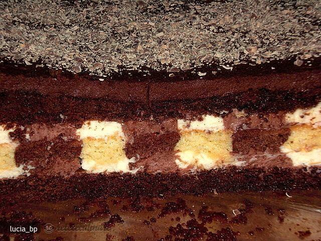 Incepeti cu cremele.   Crema alba:  Puneti la bain-marie smantana pentru frisca pana incepe sa clocotesca.  Turnati-o peste ciocolata rasa si amestecati energic pana ce toata ciocolata este topita.  Dati la rece cel ...