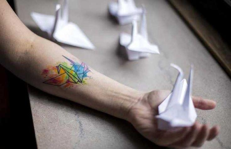 tatuajes de grullas de origami son conocidas como pájaros de la paz y felicidad en Japon. Teniendo un gran peso al ser símbolos de la esperanza y optimismo.