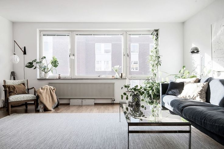 Från vardagsrummets stora fönsterparti flödar ljuset in över den fina ekparketten. Karl Gustavsgatan 33 - Bjurfors